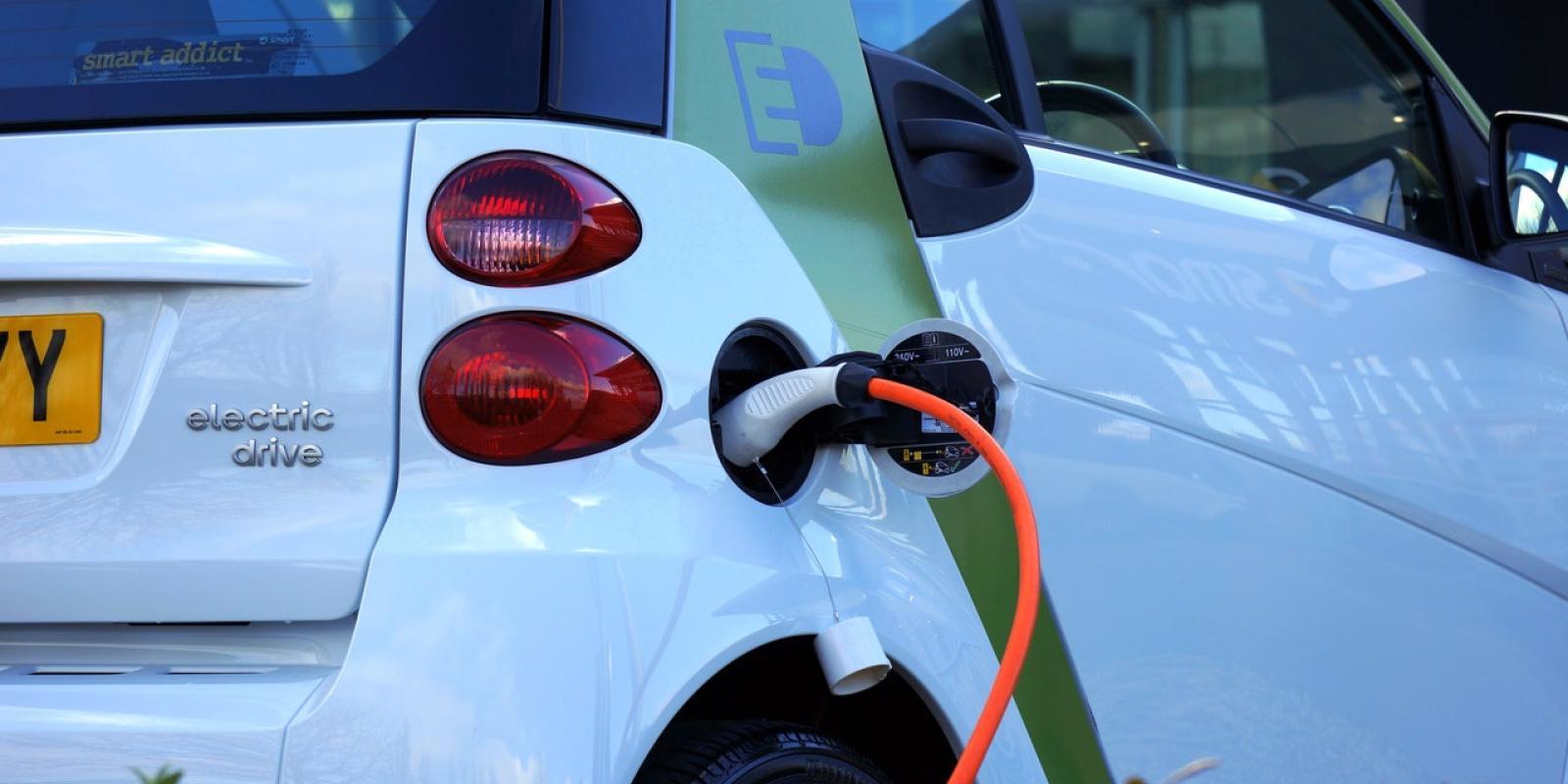 Automobile : le grand boom des véhicules hybrides et électriques