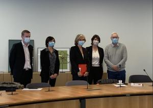 valérie pécresse et des cherchurs en biodiversité derrière une table pour le lancement du GREC francilien